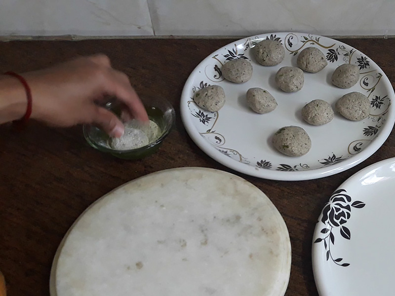 apply dry flour on dough balls