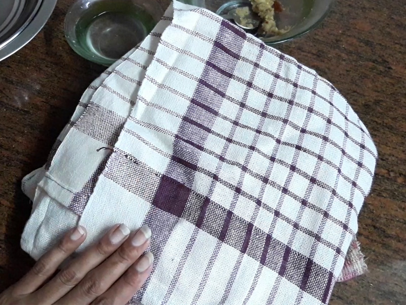 cover raw samosa with cloth