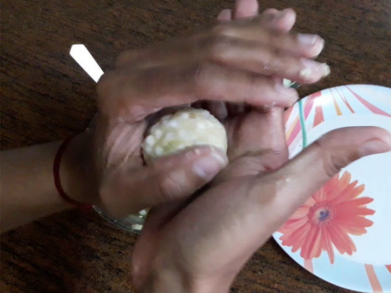 sabudana mixture rolled between hands