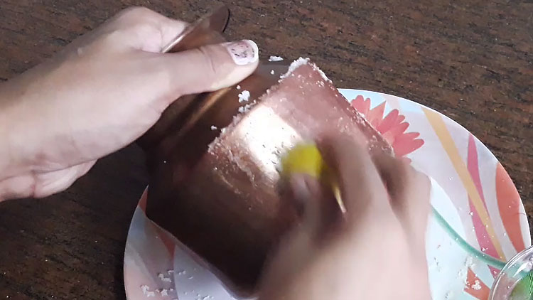 applying lemon for cleaning copper